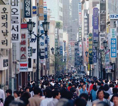 Aglomeración de personas en las calles de Seúl, Corea del Sur