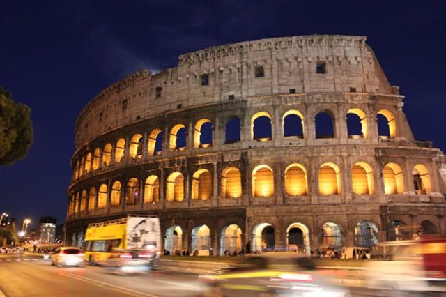 Ilumnación nocturna del Coliseo de Roma