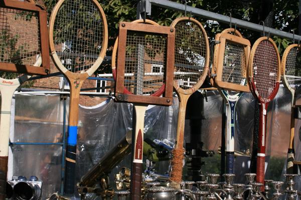 En el mercadillo de Portobello Road se pueden encontrar antigüedades, ropa o variedades de objetos, como estas curiosas raquetas.