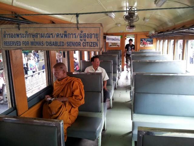 consejos para viajar solo - Buda en el tren