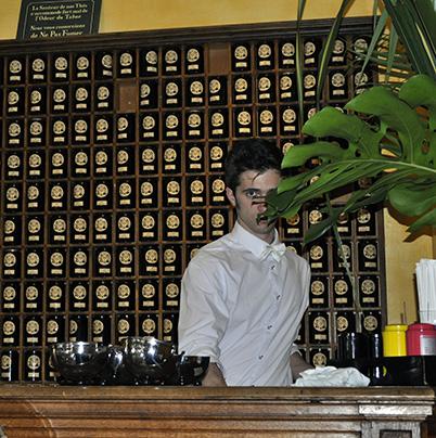 """Camarero de la Boutique del té """"Mariage Frères"""""""