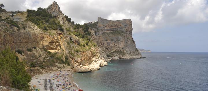 Paradisíaca y relajante, la Cala del Moraig de Benitachell (Alicante) es una de las playitas más bellas de la Costa Blanca.