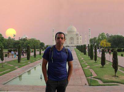 Antonio Cebrero delante del Taj Mahal, La India