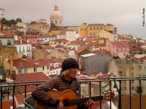 Cantante callejero ganándose unas monedas en el Mirador de Santa Luzia, en Alfama