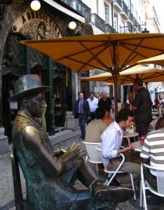 """La estatua del escritor Fernando Pessoa preside la entrada de la cafetería más famosa de Lisoba, """"A Brasileira"""""""
