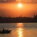 El Bósforo y la silueta de las mezquitas de Estambul al atardecer