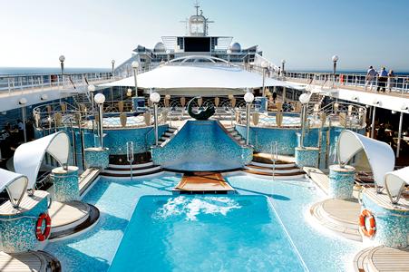 Piscina de la cubierta de un crucero