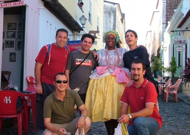 """Típica foto con una mujer bahiana, en el """"Pelourinho"""" de Salvador de Bahía"""