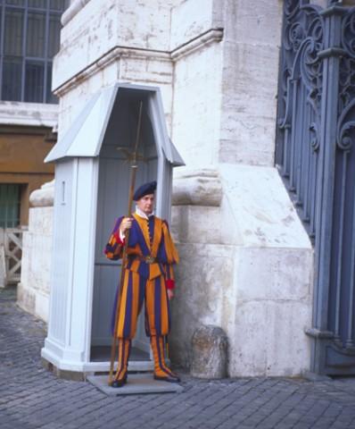 Uno de los guardias suizos del Vaticano