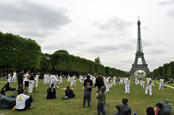 Capoeira bajo la Torre Eiffel