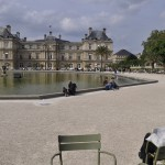 Lectura sosegada en los Jardines de Luxemburgo.