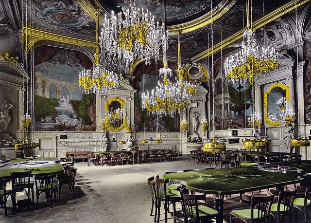 Sala lujosa con mesas de juego