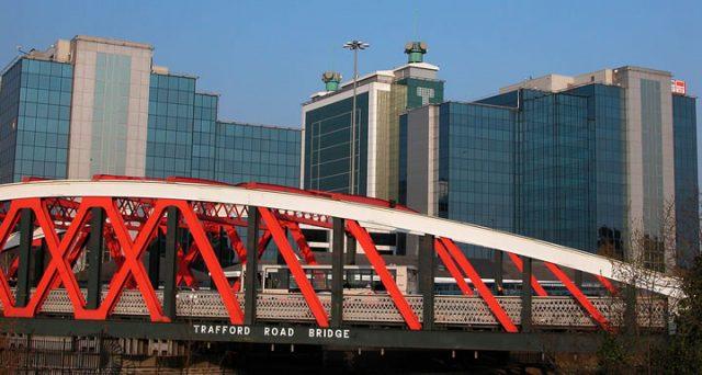 Puente de Trafford Road en Manchester