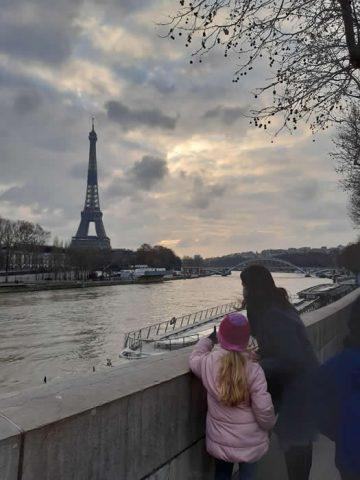 La Torre Eiffel desde el río Sena