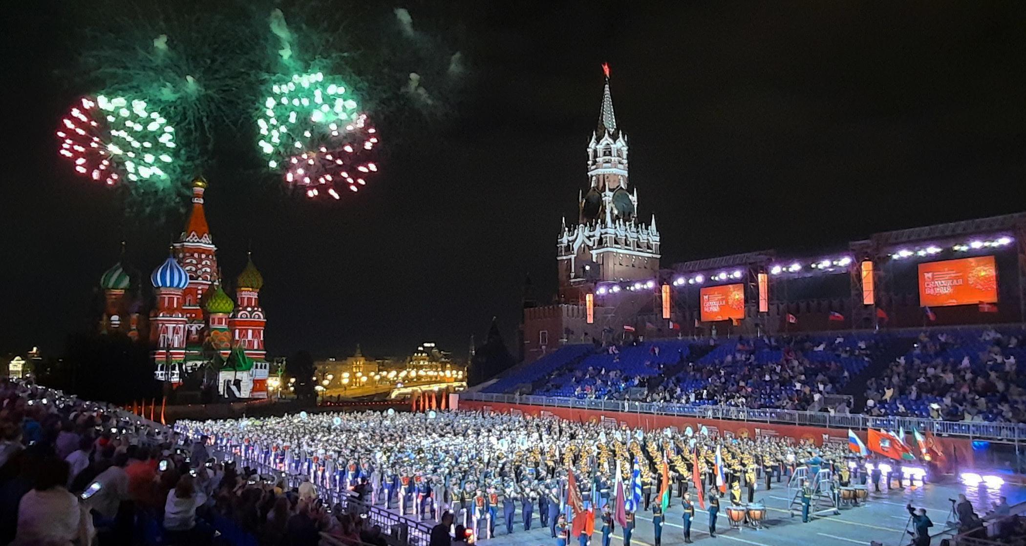 Fuegos artificiales durante el Festival Spasskaya Tower en la Plaza Roja