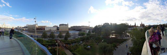 Vista desde el puente flotante del Parque Zariadie de Moscú