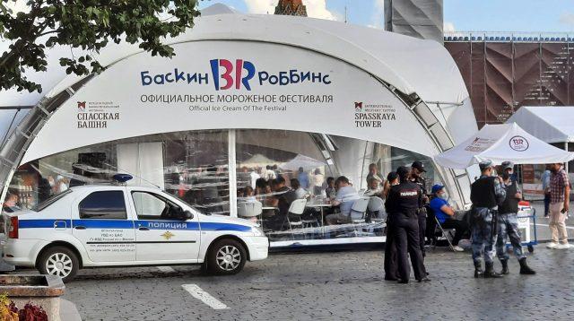 Policía y guardia nacional rusa en la Plaza Roja de Moscú