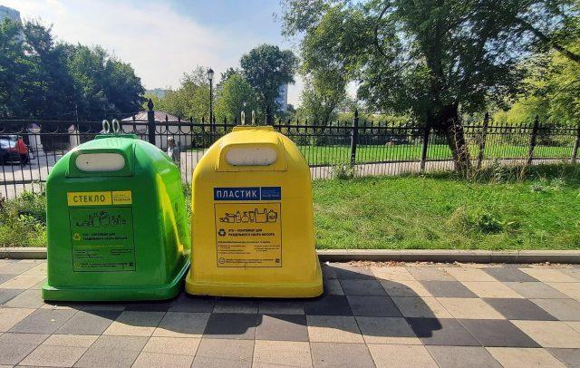 Contenedores de reciclaje en un parque de Moscú
