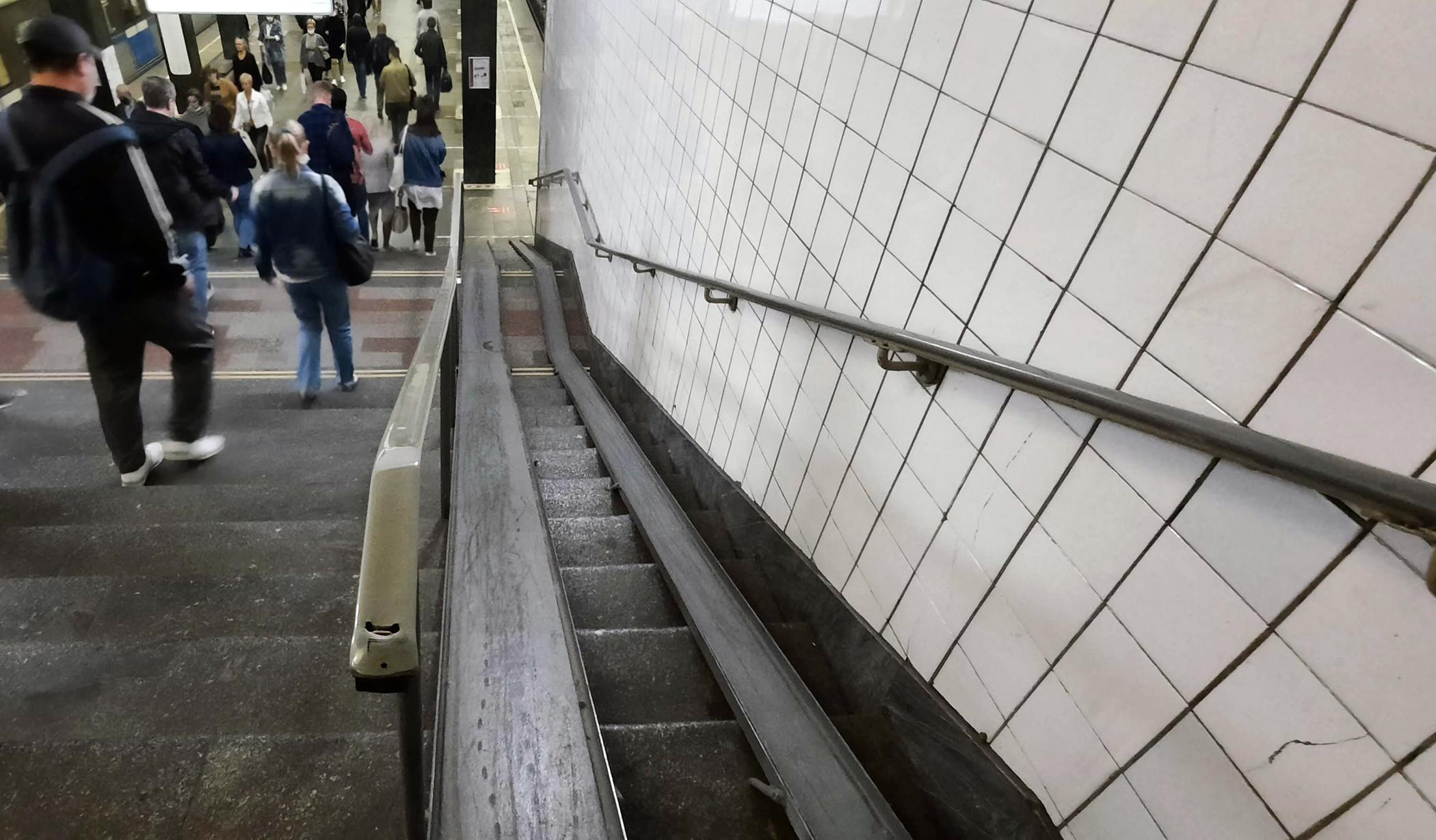 Rampas de raíles en las escaleras del metro de Moscú